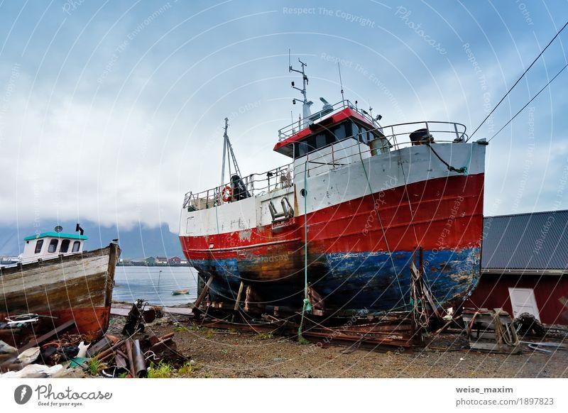 Boot an einer Küste. Festgemachtes Boot auf einem Pier. Lofoten Norwegen Inseln. Sommer Meer Landschaft Himmel Wolken Bucht Fjord Dorf Kleinstadt Wasserfahrzeug