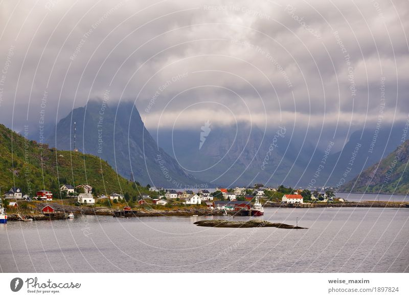 Norwegen-Dorf Reine auf einem Fjord. Nordischer bewölkter Sommer Himmel Natur Ferien & Urlaub & Reisen Meer Landschaft Wolken Haus Ferne Berge u. Gebirge Küste
