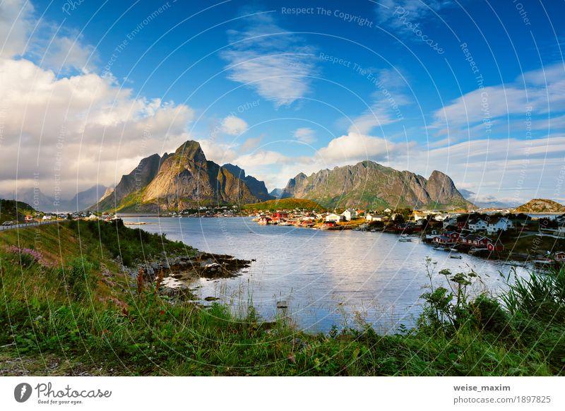 Norwegen-Dorf Reine auf einem Fjord. Nordischer bewölkter Sommertag. Ferien & Urlaub & Reisen Tourismus Ausflug Abenteuer Freiheit Meer Insel Berge u. Gebirge