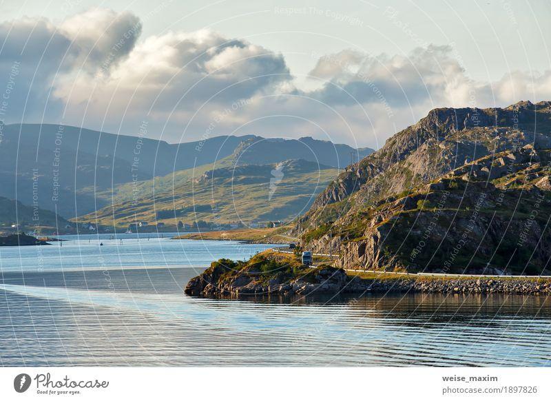 Norwegen-Straße auf Küstenlinie eines Fjords. Nordischer sonniger Sommertag Ferien & Urlaub & Reisen Ausflug Abenteuer Meer Insel Berge u. Gebirge Landschaft