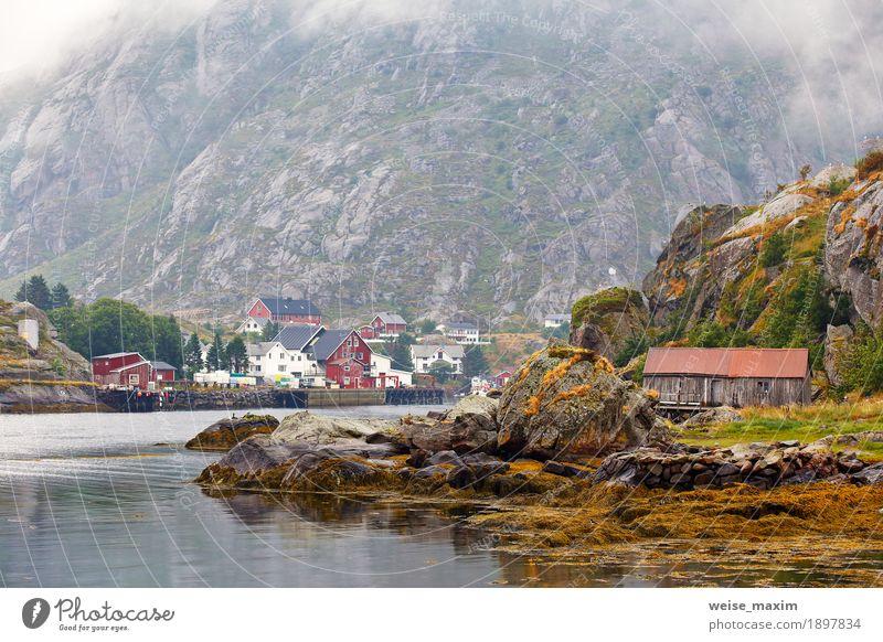 Norwegen-Dorf an einem Fjord. Nordischer bewölkter Sommertag Himmel Natur Ferien & Urlaub & Reisen Landschaft Meer Wolken Haus Berge u. Gebirge Küste Freiheit