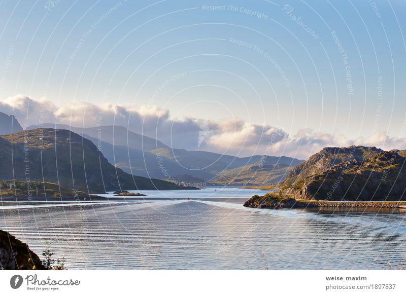 Norwegen-Straße auf Küstenlinie eines Fjords. Nordischer sonniger Sommer Ferien & Urlaub & Reisen Ausflug Meer Insel Berge u. Gebirge Natur Landschaft Wasser
