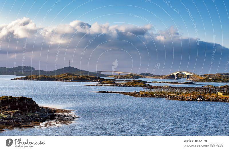 Norwegen Straße und Brücken an der Küste eines Fjord. Himmel Natur Ferien & Urlaub & Reisen blau Sommer Wasser Meer Landschaft Wolken Ferne Berge u. Gebirge