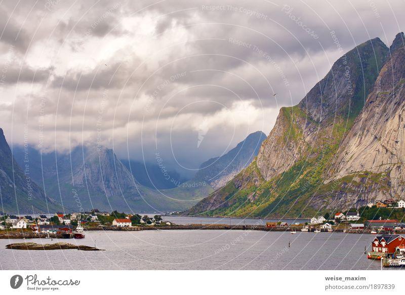 Norwegen-Dorf Reine auf einem Fjord. Nordischer bewölkter Sommer Himmel Natur Ferien & Urlaub & Reisen Stadt Meer Landschaft Wolken Haus Berge u. Gebirge Küste