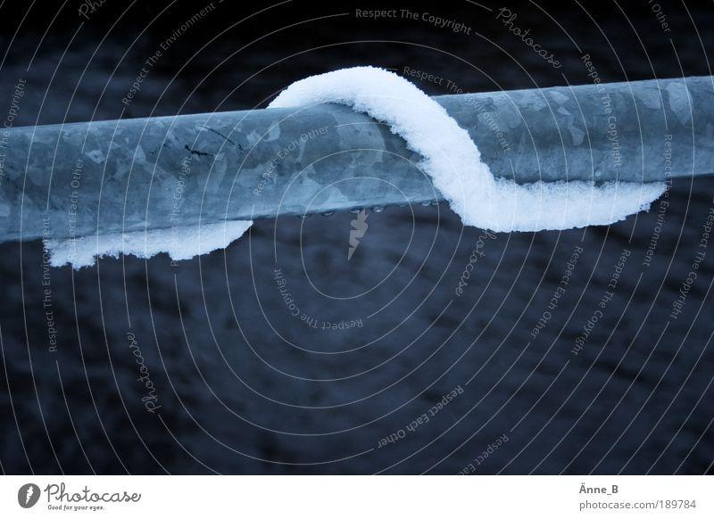 Leise schleicht sich der Schnee Natur Wasser blau weiß Winter schwarz kalt Bewegung Metall Linie Eis Frost Vergänglichkeit Hafen lang