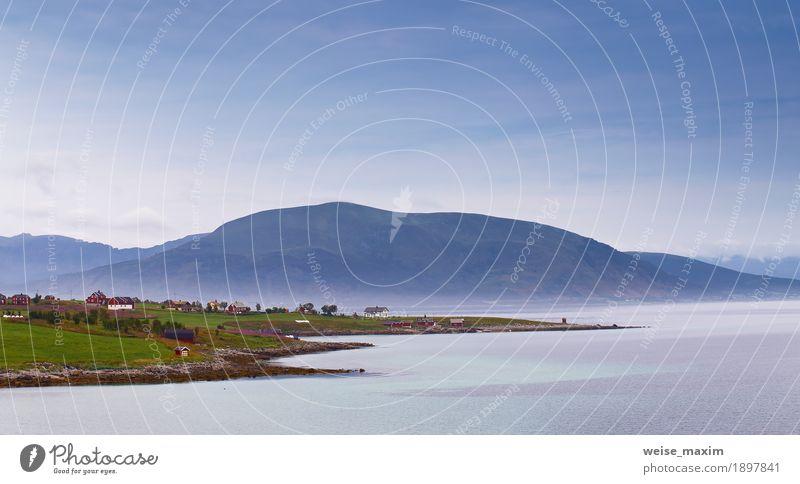 Norwegen-Dorf an einem Fjord. Nordischer bewölkter Sommertag. Lofoten Ferien & Urlaub & Reisen Tourismus Ausflug Ferne Meer Insel Berge u. Gebirge Haus Natur