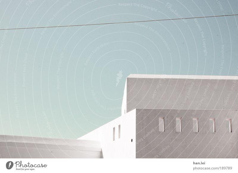 grau-blau Farbfoto Gedeckte Farben Menschenleer Textfreiraum oben Architektur Schussloch Sommerurlaub weiß Himmel Schönes Wetter Wolkenloser Himmel Schatten