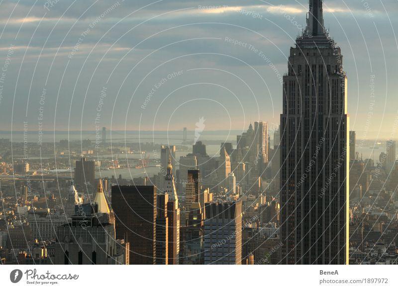 Sundown over Manhattan Stadt Skyline bevölkert Hochhaus Bauwerk Gebäude Architektur Sehenswürdigkeit Wahrzeichen Erfolg Ferien & Urlaub & Reisen Reichtum