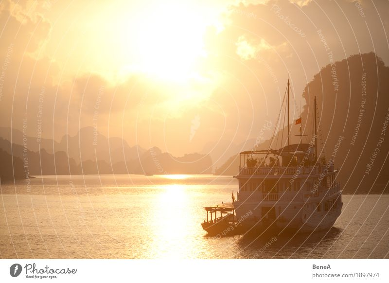 Sonnenaufgang hinter Boot in der Ha Long Bucht, Vietnam Ferien & Urlaub & Reisen Abenteuer exotisch Natur Halong Bay Island Sonnenuntergang World Heritage Site