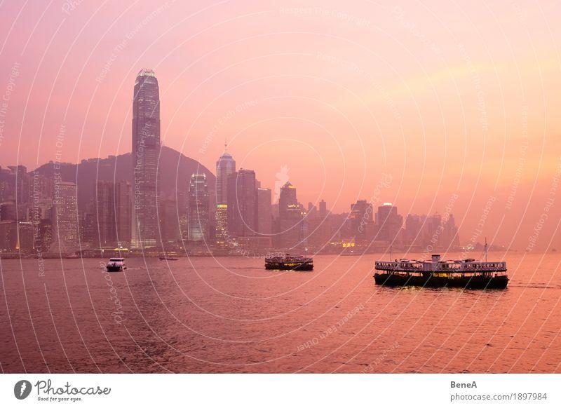 Sonnenuntergang mit Booten vor der Skyline von Hong Kong Hauptstadt Hafenstadt Stadtzentrum überbevölkert Hochhaus Sehenswürdigkeit Ferien & Urlaub & Reisen