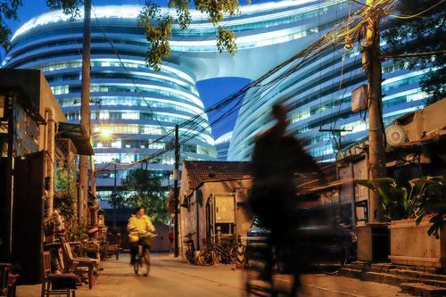 Moderne Architektur neben altem Hutong Viertel in Peking, China Mensch Stadt Haus Leben Gebäude Häusliches Leben Wachstum modern Wandel & Veränderung Wohnhaus
