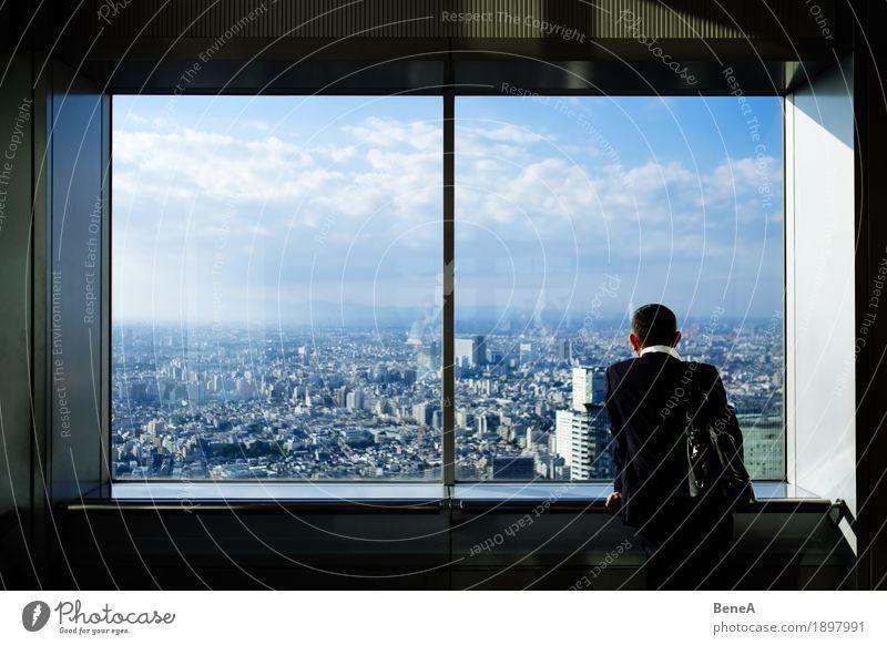 Mann in Anzug steht vor Fenster mit Blick über Tokio, Japan Stadt Einsamkeit Wolken Architektur Business Horizont Aussicht stehen groß einzeln Geld