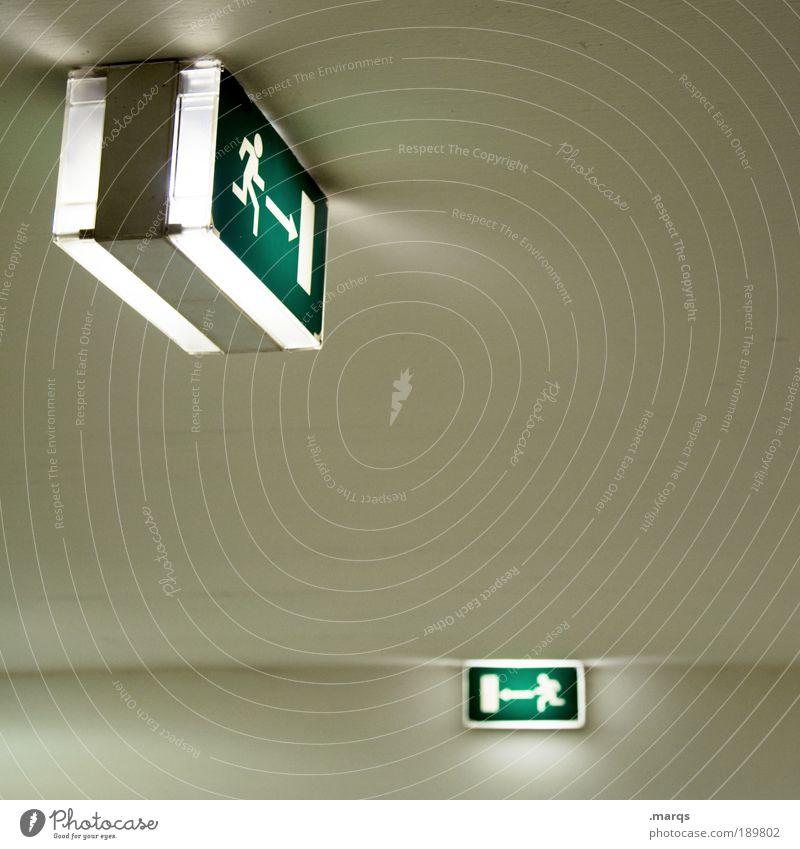 Hinten links weiß grün Wege & Pfade Gebäude Angst Schilder & Markierungen rennen Sicherheit gefährlich Kommunizieren einfach Schutz Pfeil Stress Hinweisschild