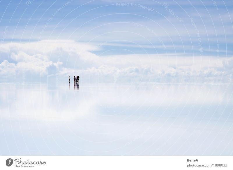 Gruppe von Menschen steht im Uyuni Salzsee vor Wolken Himmel Natur Ferien & Urlaub & Reisen blau weiß Landschaft Ferne Freiheit Menschengruppe See Tourismus