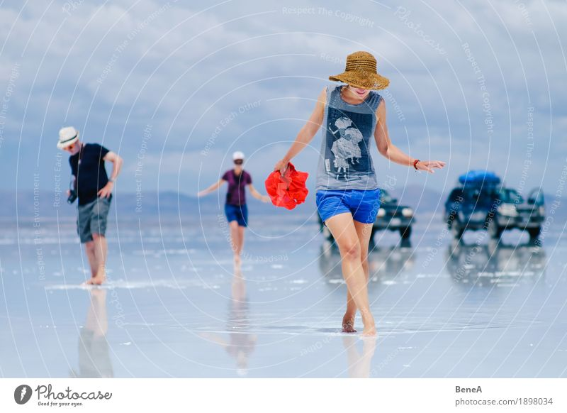 Walking through the Uyuni salt flat Ferien & Urlaub & Reisen Sightseeing Mensch Frau Erwachsene Natur entdecken erleben Unendlichkeit Geländewagen Salt Lake