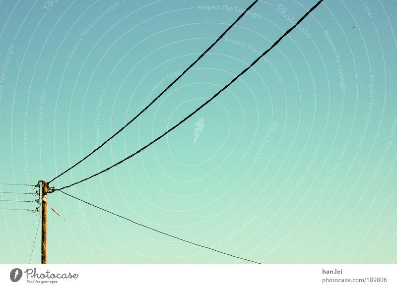 Strommast Industrie Kabel Wolkenloser Himmel Holz bauen Kommunizieren blau Elektrizität Hochspannungsleitung Telefonkabel Schönes Wetter Farbfoto Außenaufnahme