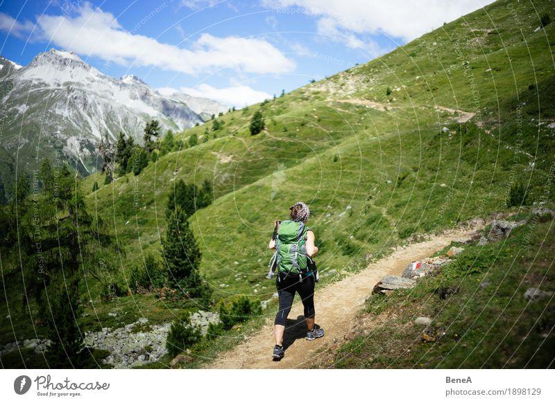 Frau mit Rucksack macht Bergwanderung im Vinschgau, Italien Sport Mensch Erwachsene Natur gehen wandern Einsamkeit Erholung Freizeit & Hobby Freude