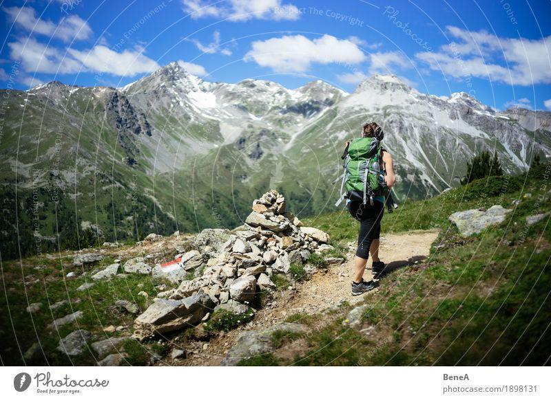 Frau mit Rucksack macht Bergwanderung im Vinschgau, Italien Sport Mensch Erwachsene Natur Erholung Fitness Freizeit & Hobby Ferien & Urlaub & Reisen alpin