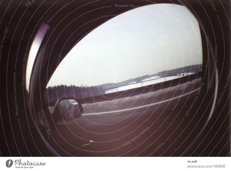 Schau aus dem Fenster Klima Eis Frost Schnee Feld Verkehr Verkehrsmittel Straßenverkehr Autofahren Autobahn Brücke kalt Fischauge Farbfoto Außenaufnahme