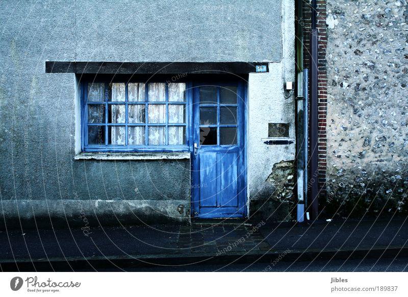 Haus Dorf Mauer Wand Fassade Tür Briefkasten Dachrinne Häusliches Leben alt Armut trist blau Akzeptanz Geborgenheit Farbfoto Außenaufnahme Menschenleer Tag