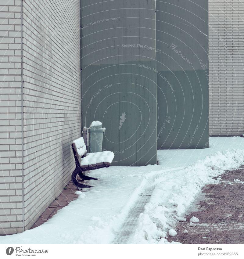 Warten auf den Sommer Winter Schnee schlechtes Wetter Eis Frost Menschenleer Haus Mauer Wand Fassade frieren kalt Bank Sitzgelegenheit Müllbehälter Schneespur