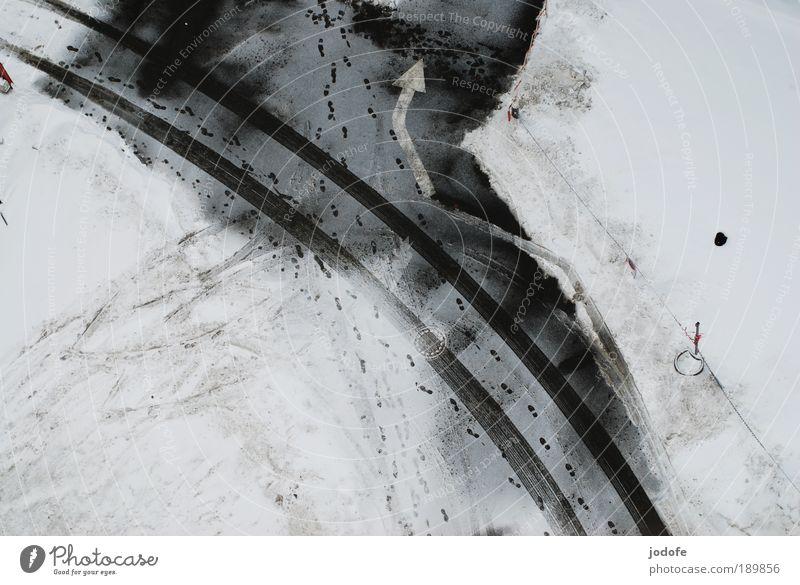 Linksabbieger Klima Eis Frost Schnee ästhetisch einfach schwarz weiß Spuren Pfeil Symbole & Metaphern Straße Fuß Fußspur Reifenspuren Zaun Winter Einsamkeit