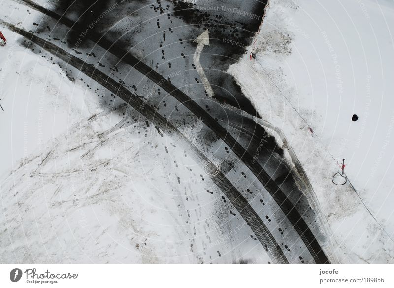 Linksabbieger weiß Winter schwarz Einsamkeit Straße kalt Schnee Fuß Eis Ordnung ästhetisch Klima trist Frost einfach Luftaufnahme