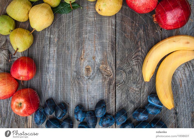 Frische reife Früchte sind auf dem Umfang angelegt Natur Sommer grün Gesunde Ernährung rot gelb Herbst natürlich Holz Garten grau oben Frucht frisch Aussicht