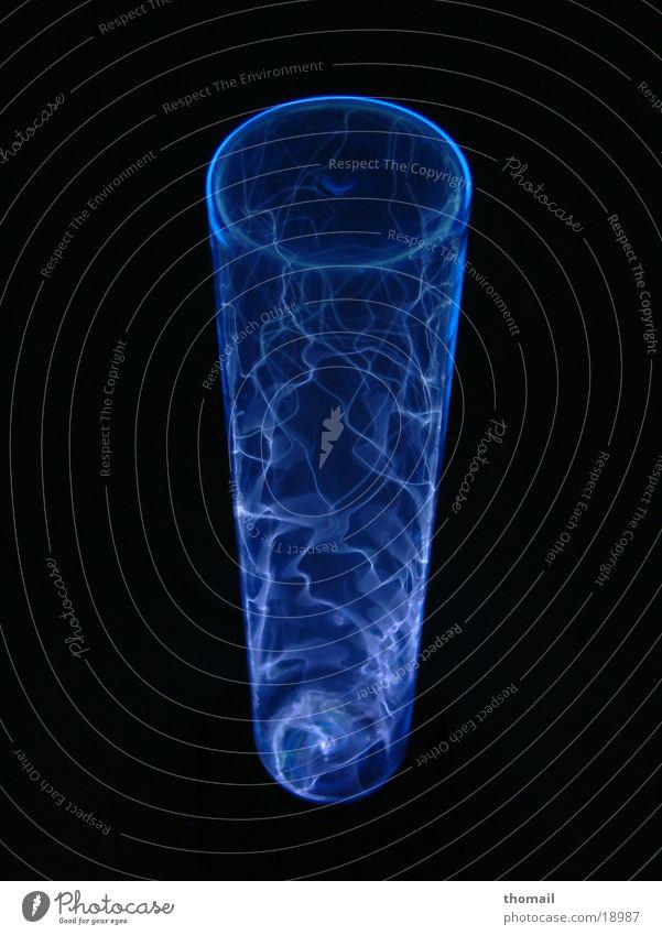 Blaues Plasma blau Lampe dunkel Brand Energiewirtschaft Wissenschaften geheimnisvoll Blitze Zauberei u. Magie bezaubernd entladen