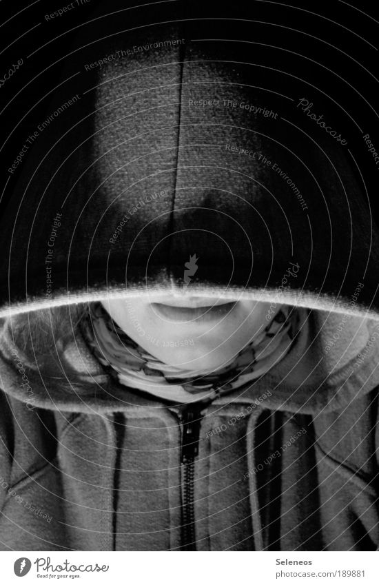 im Versteck Mensch Haut Kopf Gesicht Mund Lippen 1 Bekleidung Pullover Jacke Stoff Accessoire Schal Mütze dunkel schwarz weiß Gefühle Stimmung Schwarzweißfoto