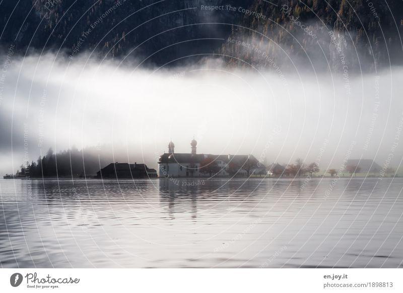 verborgen Ferien & Urlaub & Reisen Tourismus Ausflug Herbst Nebel Berge u. Gebirge Seeufer Königssee St. Bartholomä Bayern Deutschland Kirche Kapelle