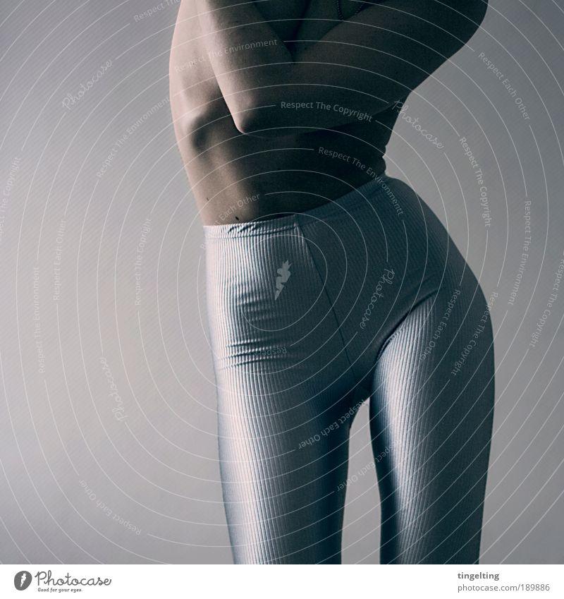 stripy silver Mensch Jugendliche blau schwarz kalt feminin Frau Beine Körper glänzend Arme Haut leuchten Junge Frau Coolness retro