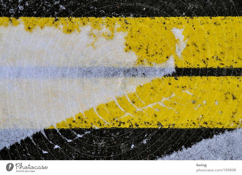Typo Alpe Adria Winter schwarz gelb Straße Schnee Verkehr Ordnung Spuren Streifen Verkehrswege Parkplatz Glätte Reifenprofil Streugut Reifenspuren Fahrbahnmarkierung