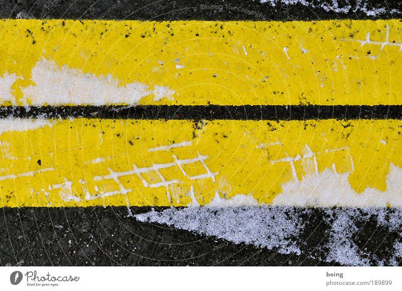 Typo Alpe Adria Winter Schnee Winterreifen Eis Frost Verkehr Verkehrswege Straße Parkplatz gelb schwarz Ordnung Spuren Reifenspuren Reifenprofil Glätte
