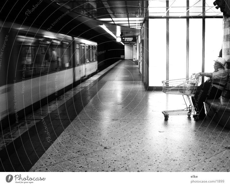 auf die nächste warten Einkaufswagen Mann U-Bahn Verkehr Mensch Schwarzweißfoto