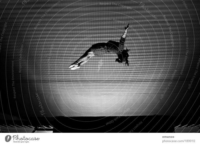 bouncing babe Jugendliche Freude schwarz Sport feminin Schwarzweißfoto springen Bewegung Mensch Beine Frau Körper fliegen hoch Lifestyle ästhetisch