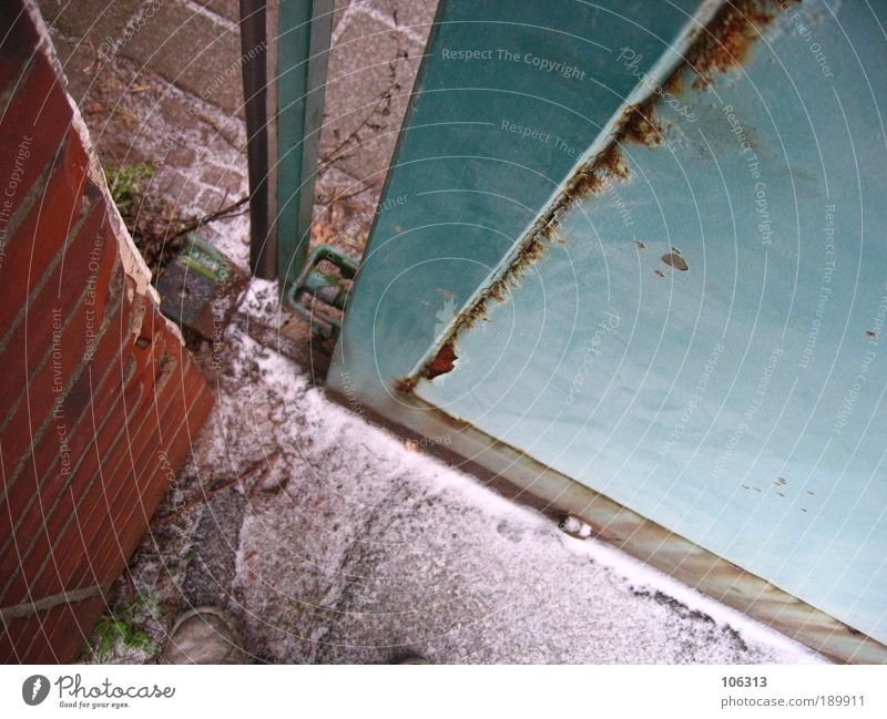 Fotonummer 145142 Haus Wand Metall geschlossen Tor Rost Eingang gefangen Furche Spalte Ausgang Versteck Wahrheit Öffnung Chance möglich