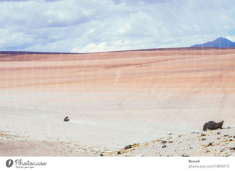 Car in the Altiplano desert Natur Ferien & Urlaub & Reisen Landschaft Einsamkeit Berge u. Gebirge Umwelt Wege & Pfade Bewegung Sand Tourismus Felsen PKW einzeln Abenteuer Unendlichkeit fahren