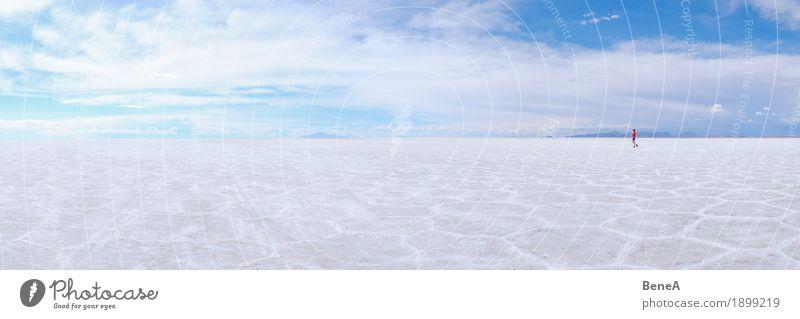 Frau geht über trockenen Uyuni Salzsee in Bolivien Mensch Himmel Natur Ferien & Urlaub & Reisen blau weiß Landschaft rot Einsamkeit Wolken Ferne Erwachsene