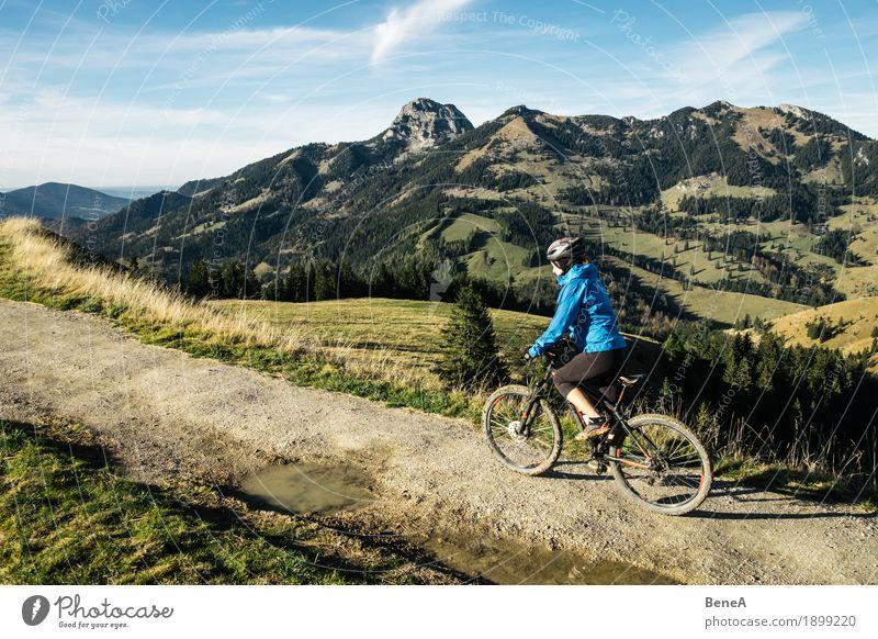 Mountain Bike Fahrerin am Sudelfeld mit Blick auf Wendelstein Sport Frau Erwachsene Natur fahren Fitness erleben Freizeit & Hobby Freude alpin Deutschland