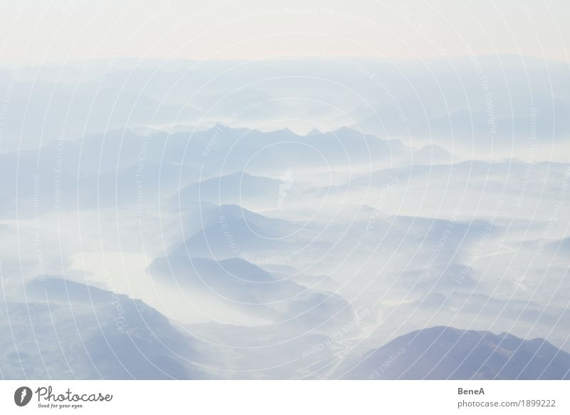 Alpen und Berge in der Schweiz in Nebel und Wolken aus der Luft Natur Freiheit Horizont Idylle Perspektive Ferien & Urlaub & Reisen Ferne Erde Luftaufnahme