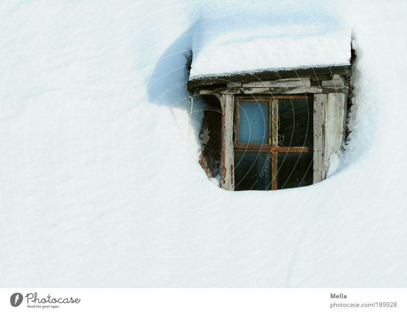 Das Fenster zum Schnee alt weiß Winter Ferien & Urlaub & Reisen Haus kalt Holz Wetter Tourismus Dach einfach Klima Natur Vergänglichkeit