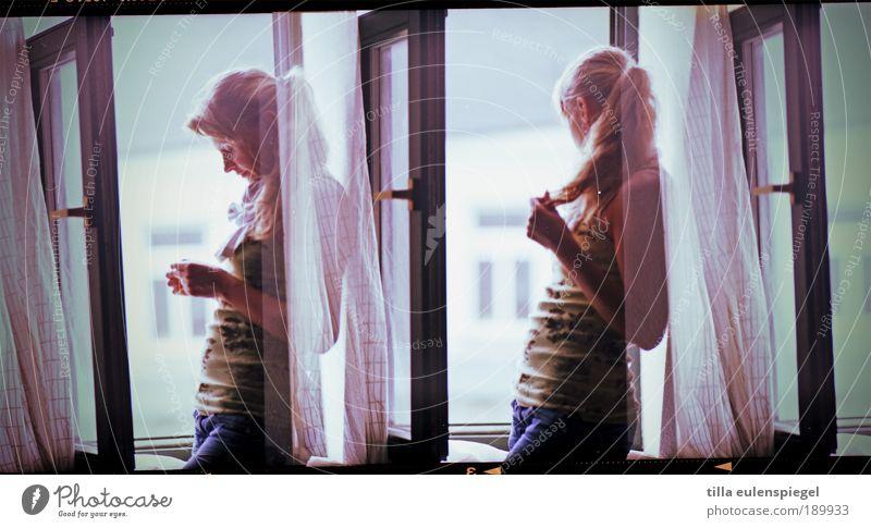 2 Mensch Jugendliche schön Einsamkeit feminin Frau Fenster Denken warten blond Erwachsene Jeanshose authentisch beobachten