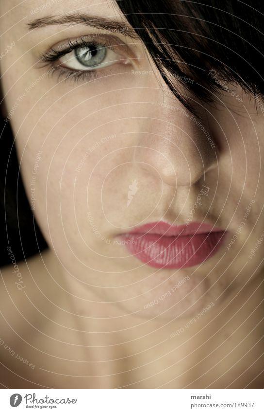 einen AugenBlick gefangen feminin Junge Frau Jugendliche Erwachsene Haut Kopf brünett authentisch natürlich Gefühle Stimmung Coolness Kraft Willensstärke Mut