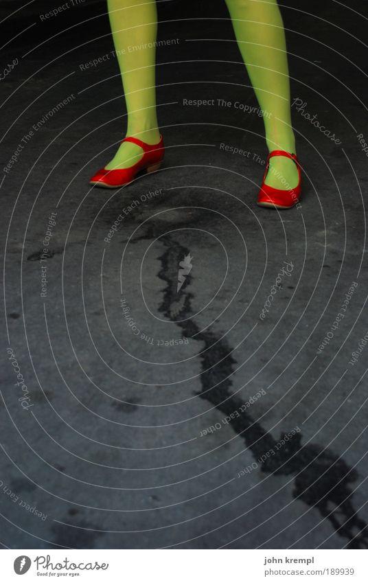 blasensprung feminin Junge Frau Jugendliche Beine Fuß 1 Mensch 18-30 Jahre Erwachsene Straße Strümpfe Strumpfhose Schuhe stehen verrückt trashig grün rot