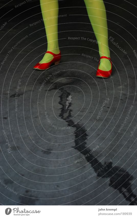 blasensprung Mensch Jugendliche schön grün Junge Frau rot 18-30 Jahre schwarz Erwachsene Straße feminin Beine Fuß stehen Schuhe verrückt
