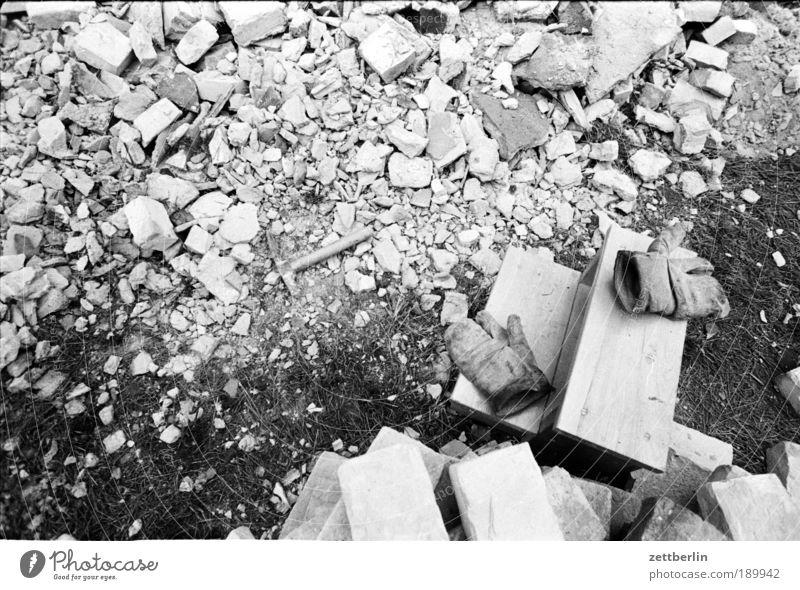 Arbeit Arbeit & Erwerbstätigkeit Handarbeit Arbeitshandschuhe Handschuhe Mauer Mauerstein Bauschutt Trümmerfrau Ruine Konstruktion Demontage Hammer Backstein