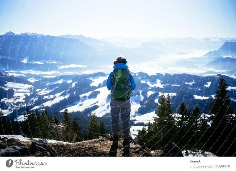 Wanderer mit Rucksack schaut ins winterliche Inntal mit Schnee Erholung Ferien & Urlaub & Reisen Sport Frau Erwachsene Natur Fitness Blick entdecken Erfahrung