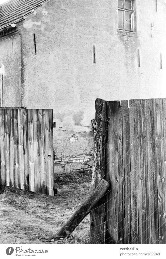 Hoftor Einsamkeit Freiheit gehen offen Bauernhof Barriere Tor verfallen direkt Ruine Zaun Flucht Tür Ausfahrt Einfahrt