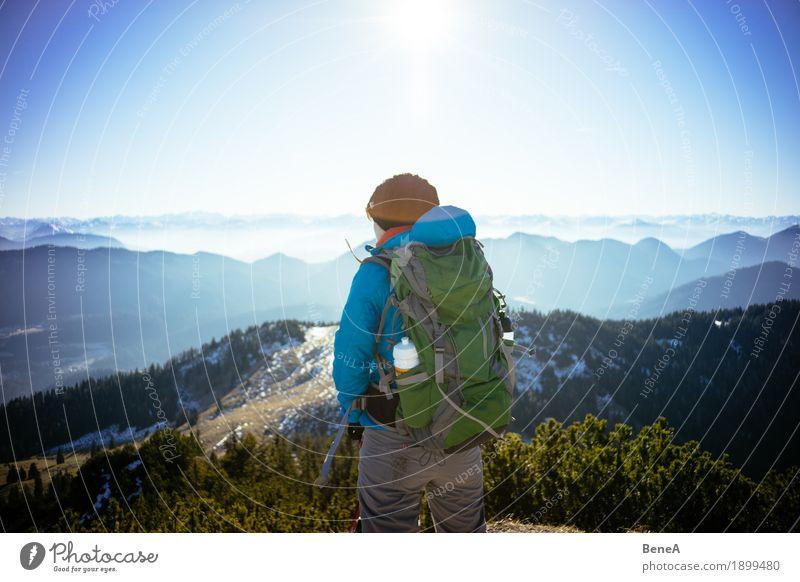 Wanderer mit Rucksack schaut über Alpen und Bergkette Erholung Ferien & Urlaub & Reisen Sport Frau Erwachsene Natur Fitness entdecken Freizeit & Hobby alpin